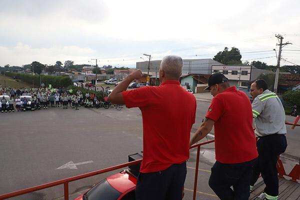 Após cobrança do sindicato, Tenaris Confab coloca mais ônibus para evitar aglomeração