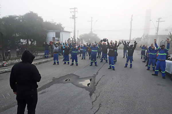 Trabalhadores da Elfer fazem protesto de 1 hora pela PLR